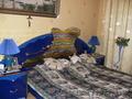 пордам спальню в идеальном состоянии.тёмно-синего цвета